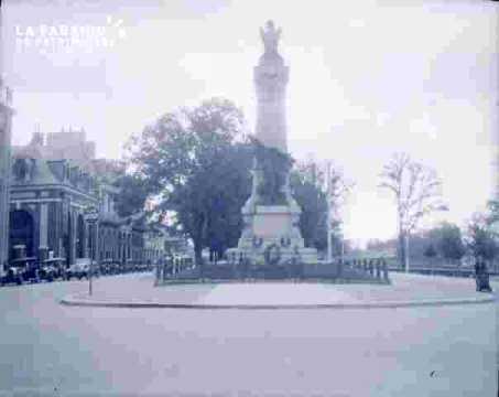 Monument avec couronnes