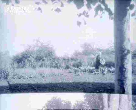 Caroline dans le jardin de l'école