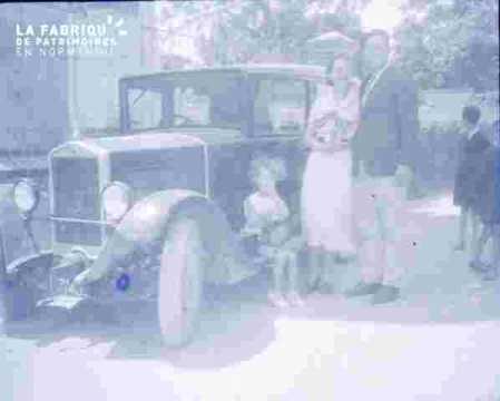 .Groupe familial devant auto