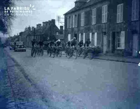 Course cycliste.Passage en ville