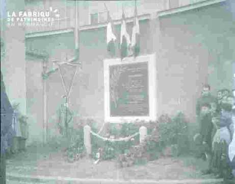 Inauguration.Public près du monument
