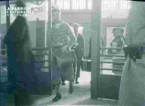 Gare SNCF.Sortie de la salle des pas perdus