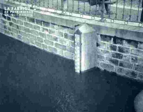 Inondation-reflet de la berge