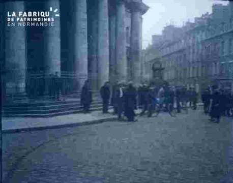 Groupe devant le Palais de Justice.