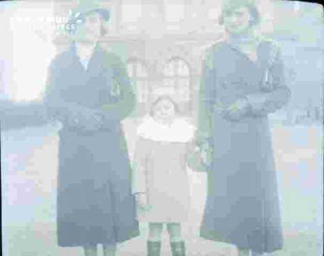 deux femmes et un enfant (Alain ?)