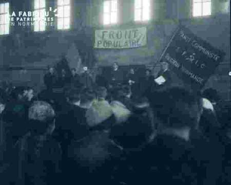 Salle avec banderole du front populaire et du PC