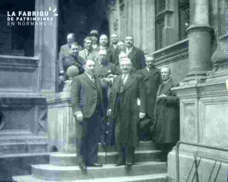 Hôtel d'Escoville-groupe sur l'escalier de la loggia