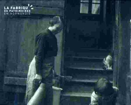 Alain accompagné devant un escalier