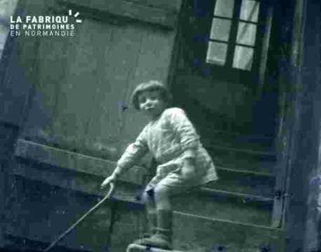 Alain devant un escalier