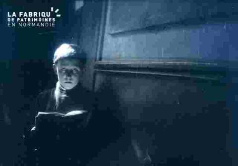 homme lisant un livre.