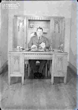 Monsieur Legris à son bureau