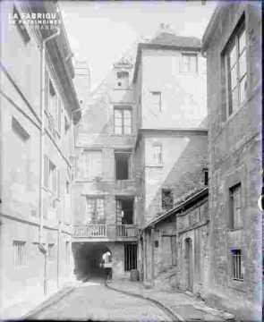 Rue Saint Pierre 75-77.Cour