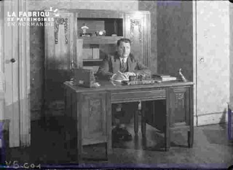 Mr Legris à son bureau