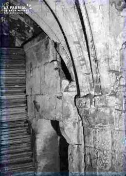 Arcatures et arches dans une cave