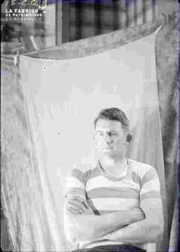 homme jeune avec maillot rayé