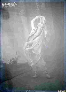Spectacle-Actrice en costume et accessoireume dansant
