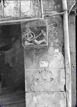 Saint Sauveur-Bas relief avec trompette