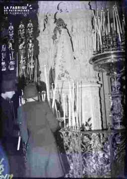 Basilique-intérieur-personnes et piliers