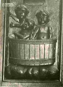 Saint tenant une clochette