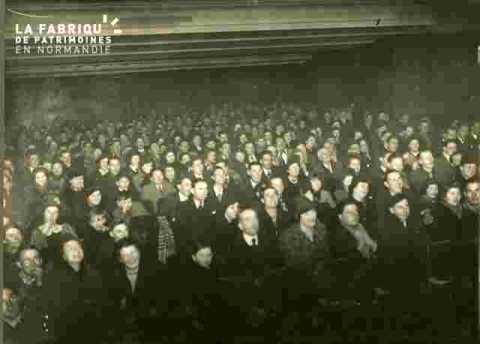 """La foule qui assista à """"""""Allo, Janine""""""""-film d'ouverture l"""