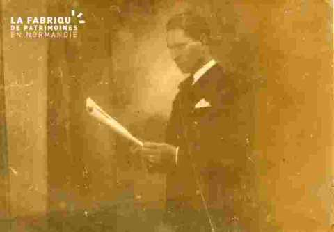 Homme lisant un discours