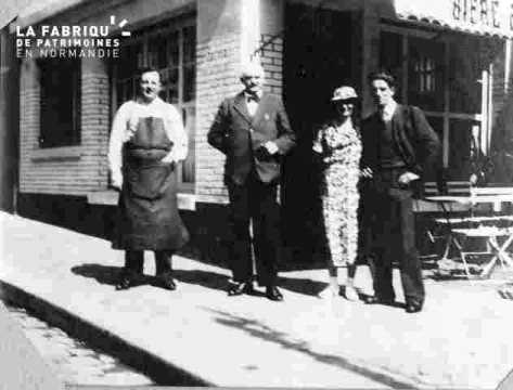 Groupe devant café