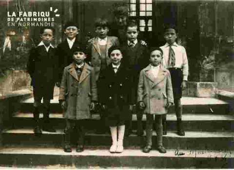 Charlotte et ses élèves à la mairie de Caen