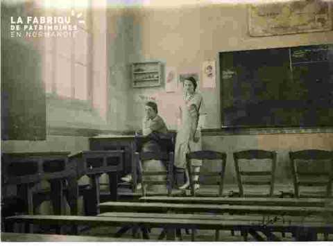 Charlotte et Melle Cauvet dans la  classe (juillet)