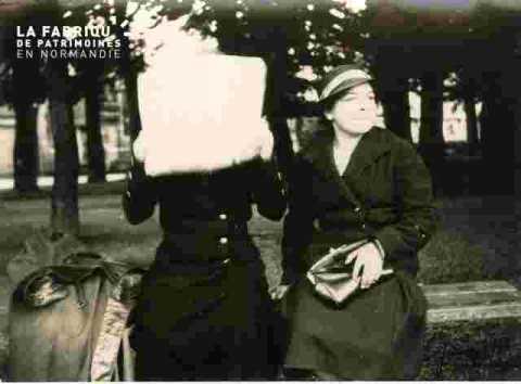deux dames sur la place du village (juillet)