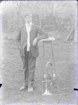 monsieur, accoudé sur sellette haute_trompette