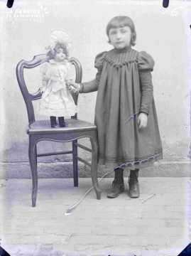 Argentan jeune fille avec poupée