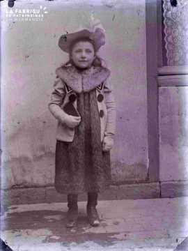 Argentan jeune fille costumée