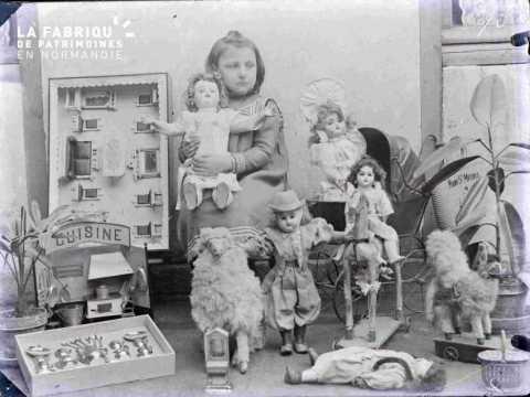 Argentan jeune fille avec poupées et dinette