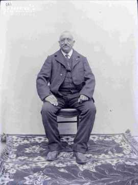 Argentan, portrait d'un homme âgé assis