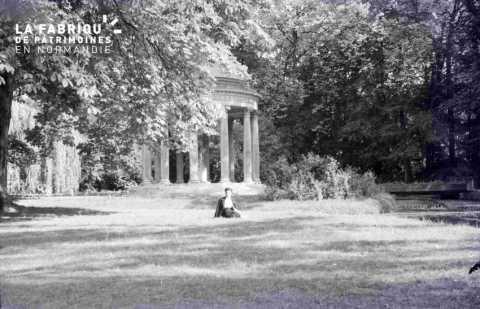 Argentan femme assise dans un parc