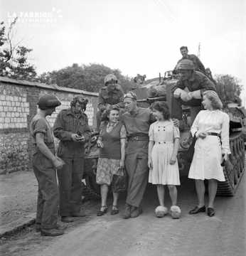 Soldats canadiens discutant avec des Normandes