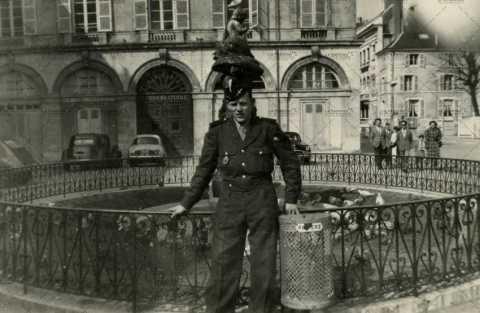 Portrait de soldat devant une statue