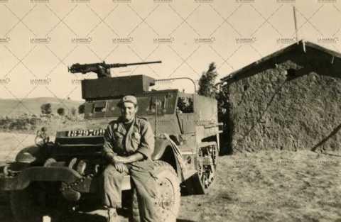 Soldat assis sur une jeep