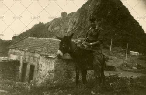 Portrait d'un soldat sur un âne