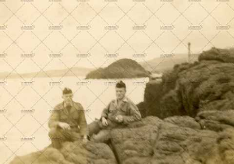 Portrait de deux soldats français au bord de mer