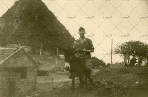 Portrait d'un soldat français à dos d'âne