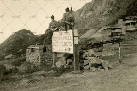 Portrait de deux soldats français au poste de contrôle
