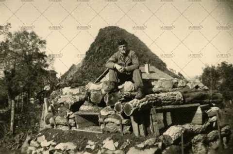 Portrait d'un soldat français sur un abri