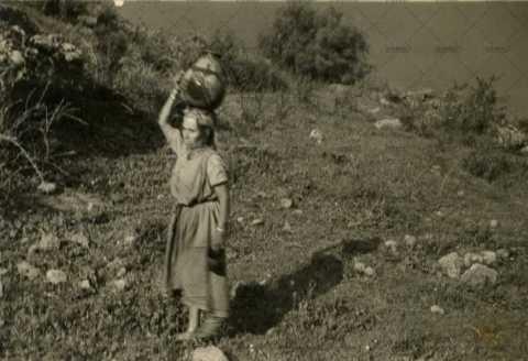Femme algérienne portant une jarre