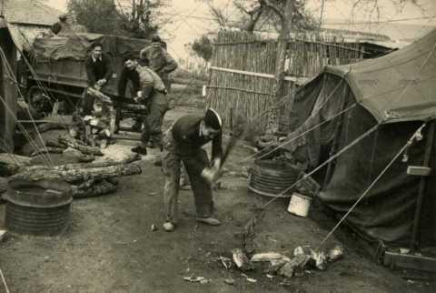 Soldats français dans un campement militaire