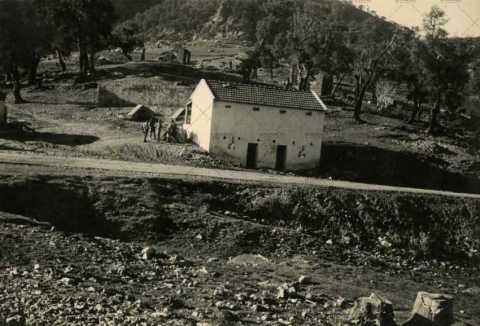 Soldats français proche d'une habitation