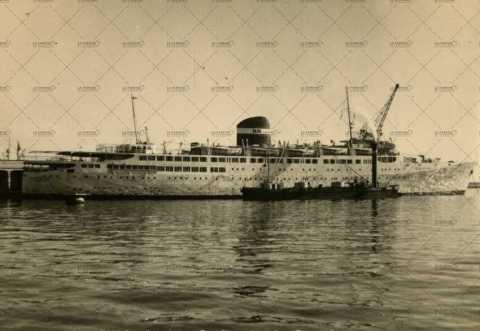 Bateau proche du port d'Alger
