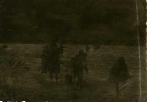Soldats français près d'un fleuve