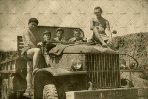 Photographie de groupe, soldats français à bord d'un camion militaire