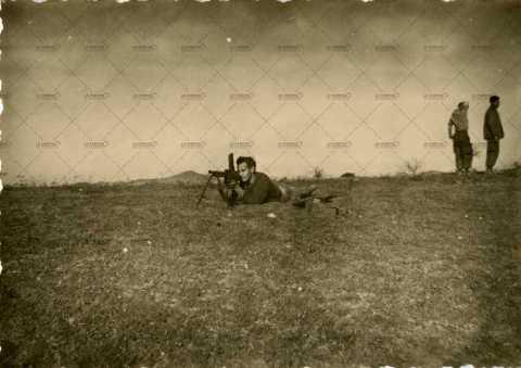 Soldat français mettant en joue (mitraillette)